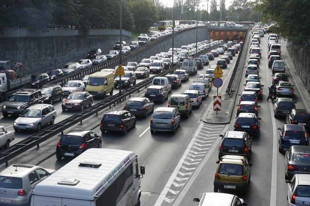 Znacznie przybyło samochodów, ale dróg - też /Agencja SE/East News