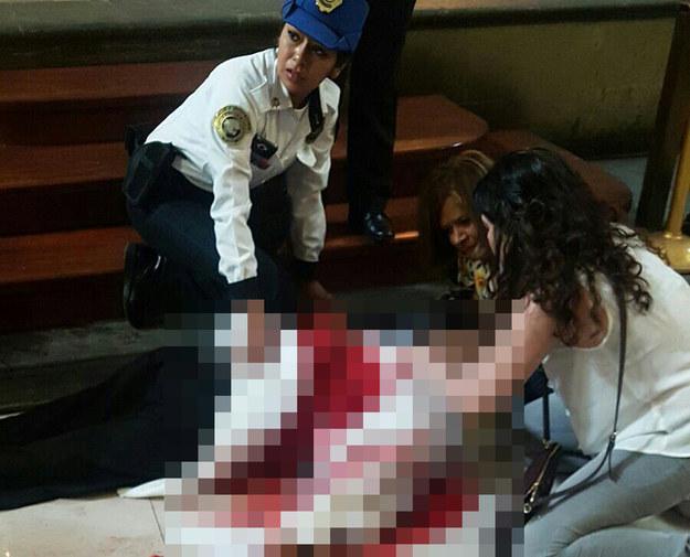 Znajdujące się w kościele kobiety udzielają księdzu pierwszej pomocy /EPA/STR /PAP/EPA