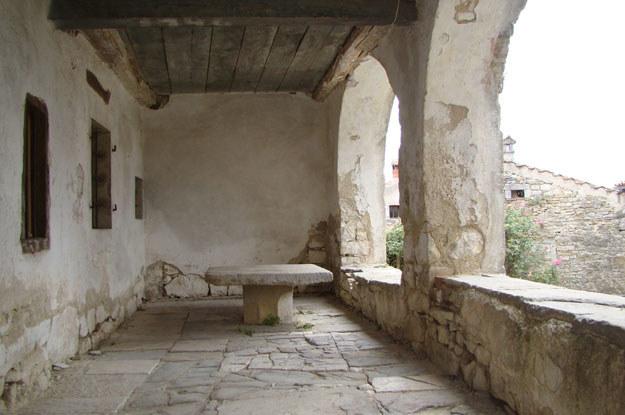 ... znajduje się budynek z kamiennym stołem, przy którym co roku mieszkańcy wybierają burmistrza... /INTERIA.PL