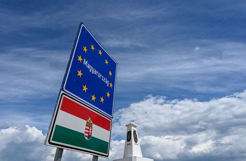 Znak graniczny obok węgierskiej miejscowości Segedyn, gdzie zbiega się granica Węgier, Rumunii i Serbii /Attila Kisbenedek /AFP