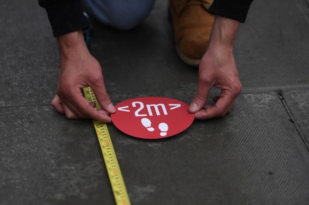 Znak przypominający o konieczności zachowywania 2 metrów dystansu od innych ludzi, Oxford Street w Londynie /NEIL HALL /PAP/EPA