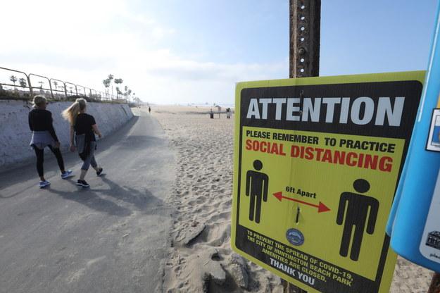 Znak przypominający o konieczności zachowywania dystansu na plaży /DAVID SWANSON /PAP/EPA