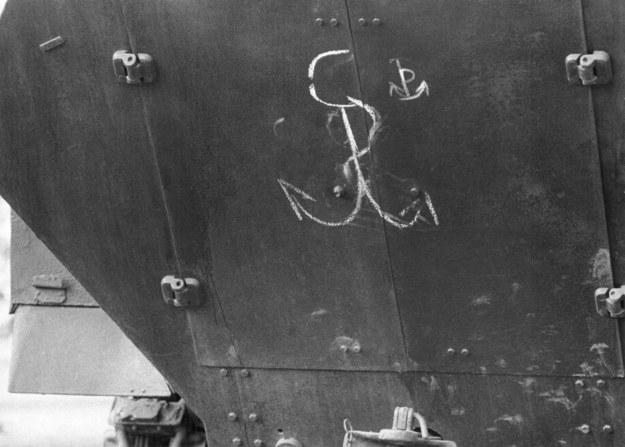 Znak Solidarności Walczącej na transporterze opancerzonym - luty 1982 r. /Wojciech Kryński    /Agencja FORUM