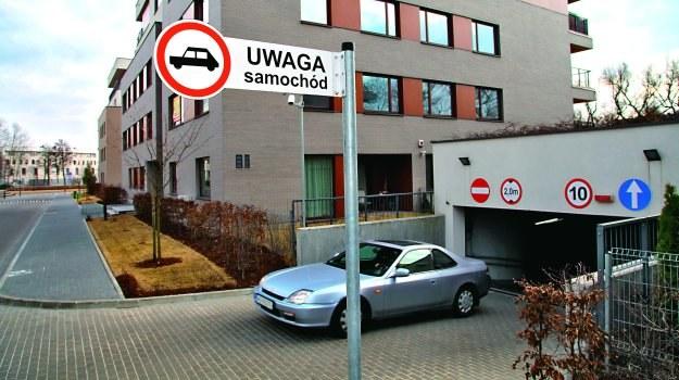 """Znak """"Uwaga samochód"""" ostrzega pieszych przed wyjeżdżającymi autami. /Motor"""