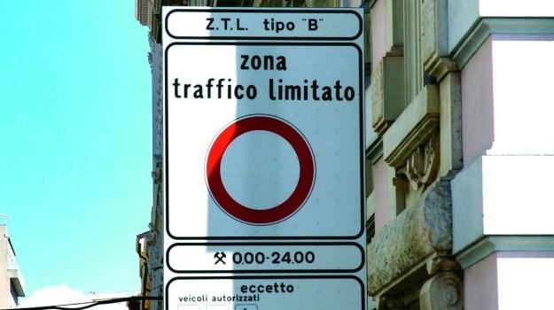 Znak zakazujący wjazdu do centrum jednego z włoskich miast. /Motor