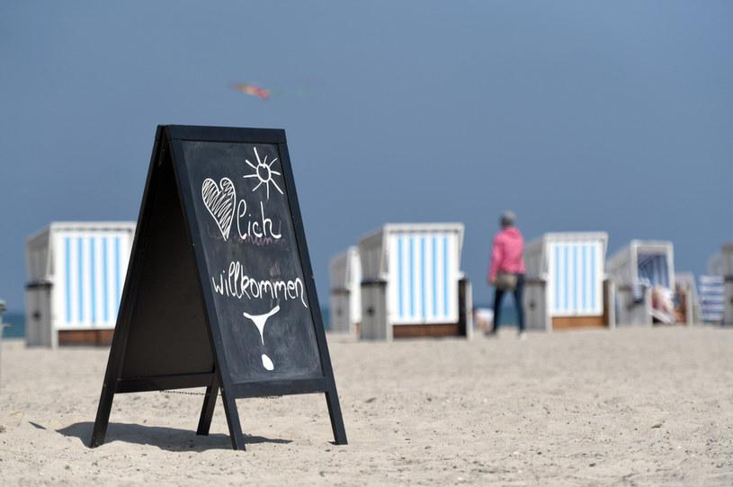 Znaki powitalne na niemieckiej plaży. Niektórzy eksperci są zdania, że krajowi nie grozi druga fala zachorowań. /ANNEGRET HILSE /Agencja FORUM