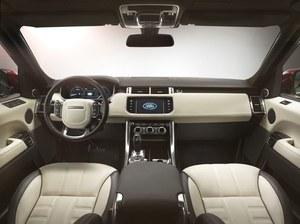 Znakomicie wykończony kokpit. Zegary w postaci wirtualnej (wielki ekran TFT) są opcjonalne, natomiast skórzana tapicerka jest seryjna dla silnika SDV6. Kierownica grubsza niż w Range Roverze. /Land Rover