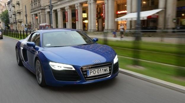 Znakomita, ale bardzo droga zabawka. Audi R8 z silnikiem V10 kosztuje aż o 266 300 zł więcej niż model z jednostką V8. /Motor