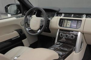 Znakomita pozycja za kierownicą, doskonała jakość wykonania i montażu oraz bardzo dobra ergonomia. Wnętrze Range Rovera jest bliskie perfekcji. /Motor