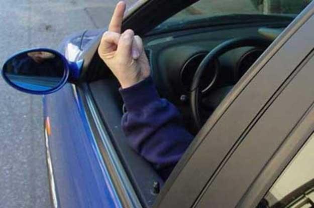 Znamy kierowców, którzy przestrzegają przepisów ruchu, ale jednocześnie bez przerwy głośno komentują zachowanie pozostałych użytkowników drogi /INTERIA.PL