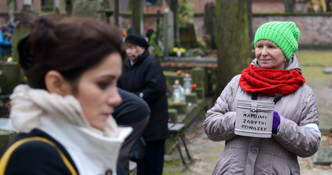 Znani kwestują na Starych Powązkach w Warszawie