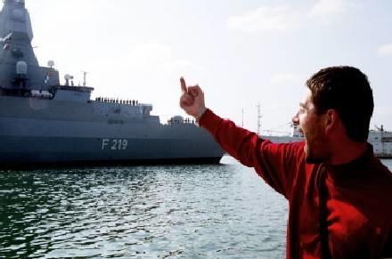 Znany gest pod adresem marynarzy niemieckiego okrętu Sachsen, goszczącego w sewastpolskim porcie /INTERIA.PL