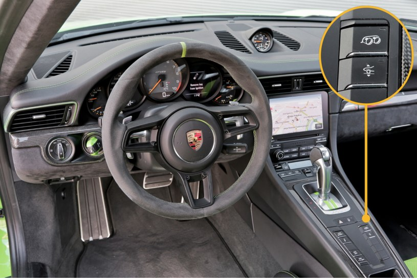 """Znany z innych """"911"""" kokpit z opcjonalnymi Alcantarą i zielonymi dodatkami. Obrotomierz – aż do 10 tys. obr./min. W powiększeniu: przycisk aktywnego wydechu, a poniżej – unoszenia przedniej osi o 3 cm do prędkości 50 km/h. /Motor"""