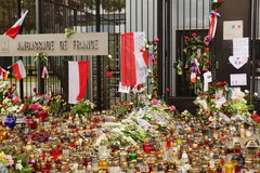 Znicze i kwiaty pod Ambasadą Francji