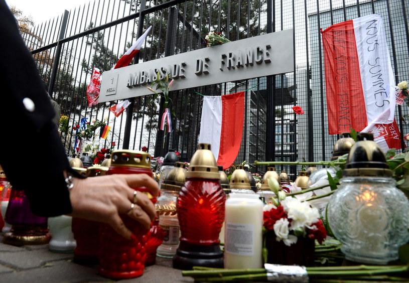 Znicze i kwiaty przed ambasadą Republiki Francuskiej w Warszawie /Jacek Turczyk /PAP