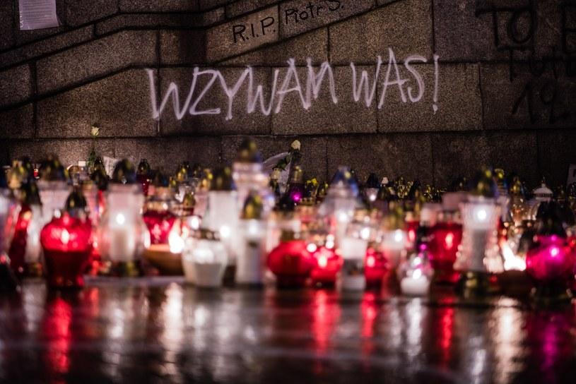 Znicze na placu Defilad w Warszawie, w miejscu samopodpalenia Piotra Szczęsnego /Stanislaw Kusiak /East News
