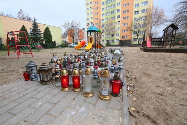 Znicze na placu zabaw, gdzie 14 listopada ub. roku zginął 21-letni Adam /Tomasz Wojtasik /PAP