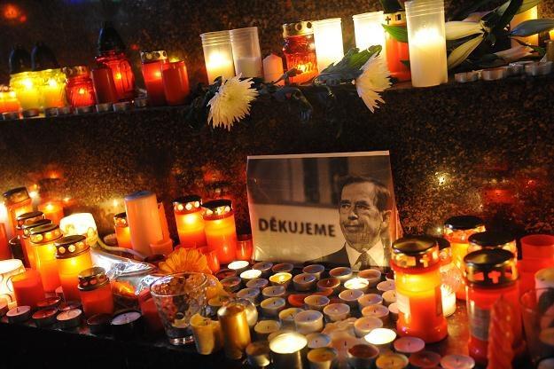 Znicze pod pomnikiem aksamitnej rewolucji w Pradze /AFP
