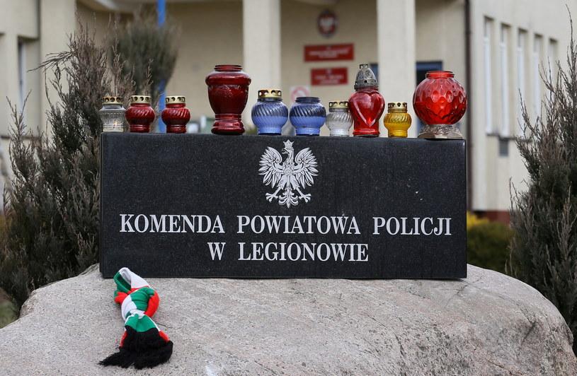 Znicze przed Komendą Powiatową Policji w Legionowie /Paweł Supernak /PAP