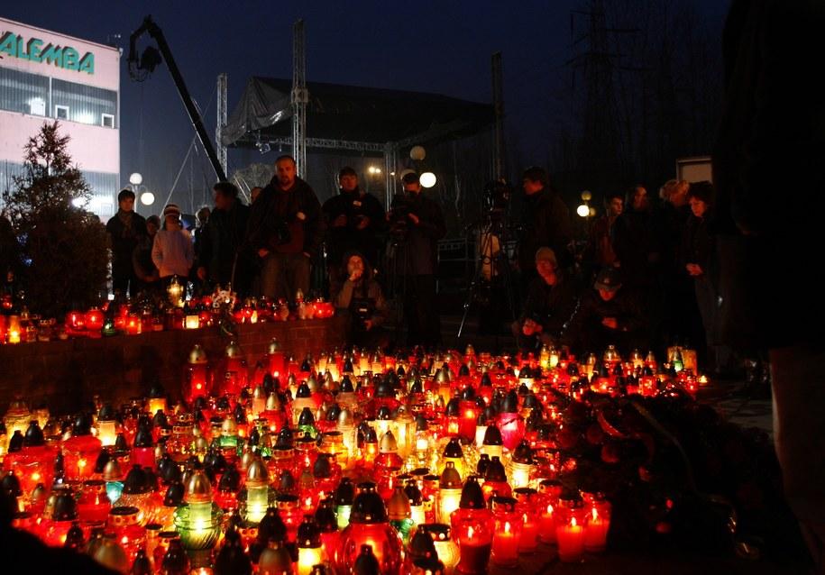 Znicze przed kopalnią Halemba (zdj. z 23 listopada 2006 roku) / Andrzej Grygiel    /PAP