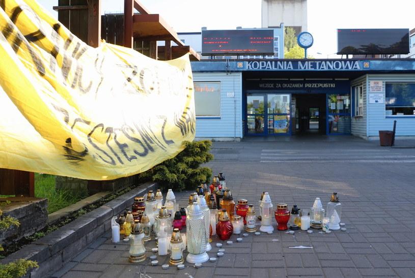 Znicze przed kopalnię Borynia-Zofiówka-Jastrzębie /Andrzej  Grygiel /PAP