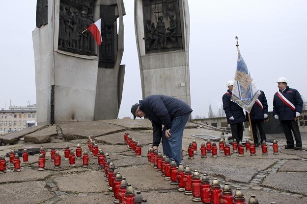 Znicze przed Pomnikiem Poległych Stoczniowców, fot. A. Warżawa /PAP