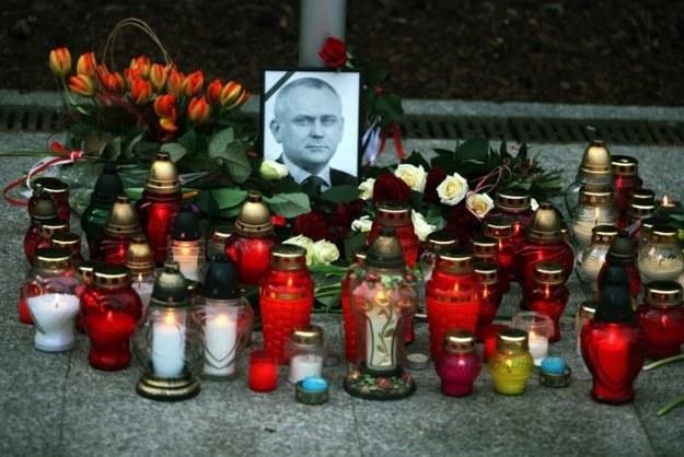 Znicze przed siedzibą BBN zapalone po śmierci Aleksandra Szczygły, fot. T. Barański /Reporter