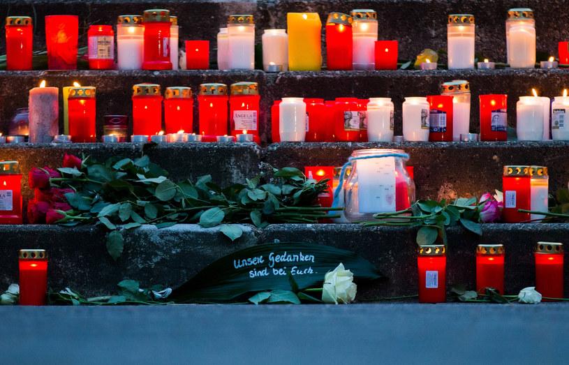 Znicze przed szkołą w Haltern am See. Z niej pochodziło 16 uczniów, którzy zginęli w katastrofie. /AFP