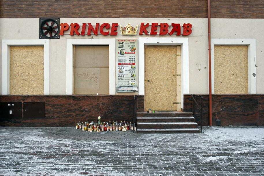 Znicze przed zabezpieczonym płytami barem Prince Kebab w Ełku /Artur Reszko /PAP