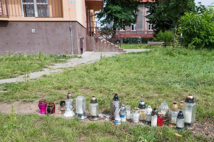 Znicze w miejscu tragicznej interwencji policji /Piotr Dziurman/REPORTER /Reporter
