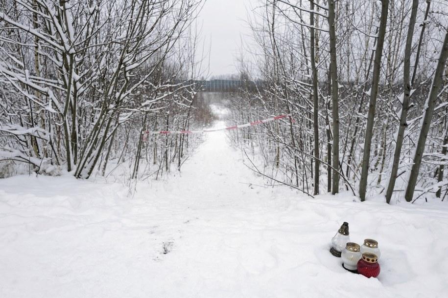 Znicze w pobliżu miejsca, gdzie znaleziono ciało 13-letniej Patrycji / Andrzej Grygiel    /PAP
