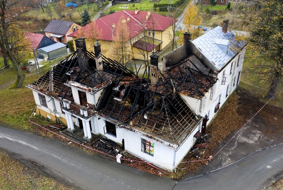 Zniszczenia po pożarze XIX-wiecznego dworu Sulimirskich w Kobylanach /Darek Delmanowicz /PAP