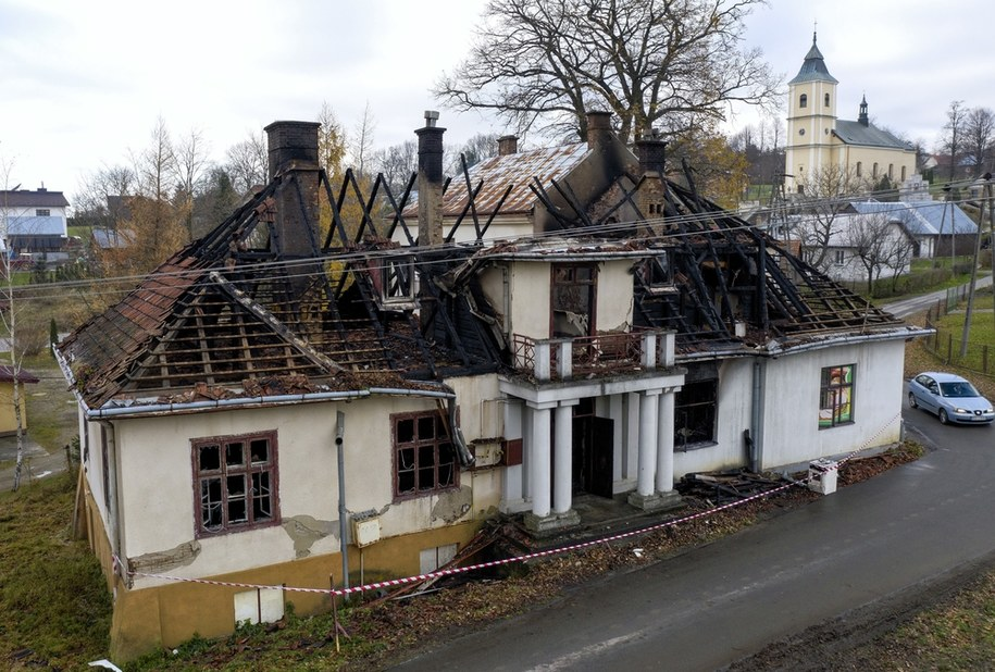 Zniszczenia po pożarze XIX-wiecznego dworu Sulimirskich w Kobylanach k. Krosna /Darek Delmanowicz /PAP