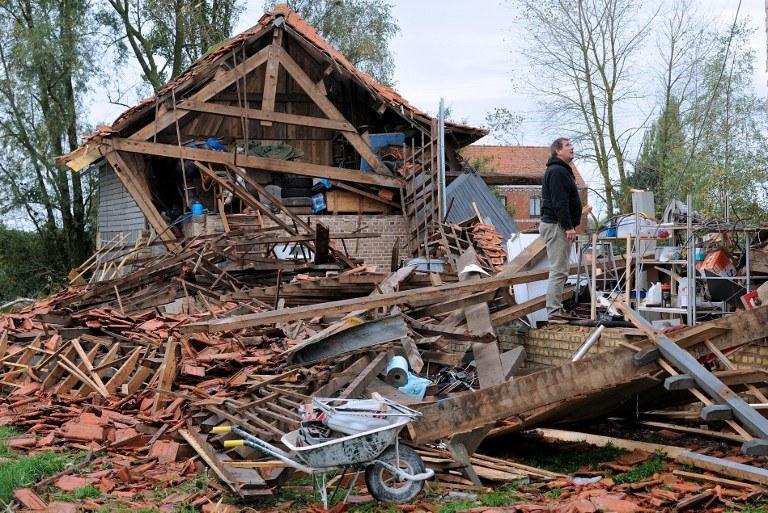 Zniszczenia po przejściu trąby powietrznej /AFP