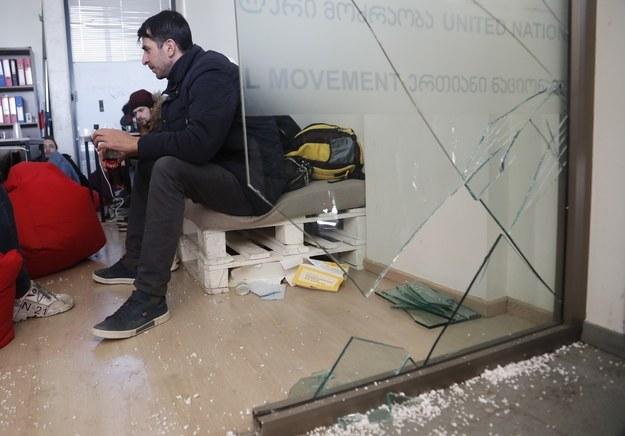 Zniszczenia po szturmie policji na siedzibę opozycji /ZURAB KURTSIKIDZE /PAP/EPA