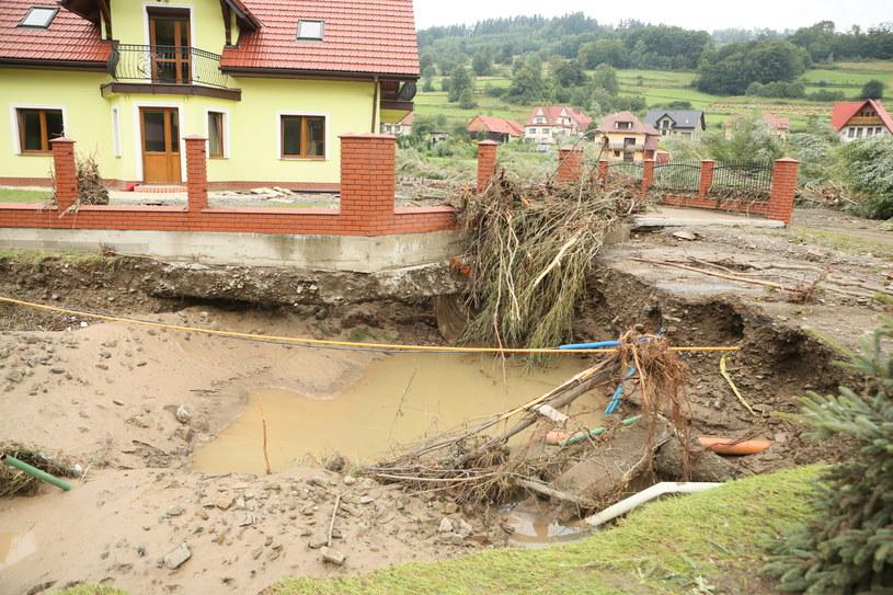 Zniszczenia spowodowane podtopieniami i zalaniami w miejscowości Kasinka Mała /Stanisław Rozpędzik /PAP