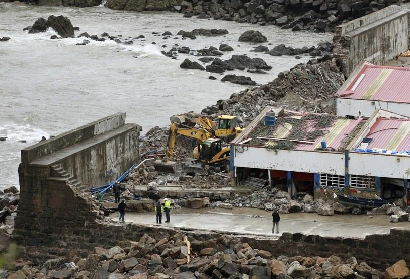 Zniszczenia spowodowane przez sztorm /PAP/EPA