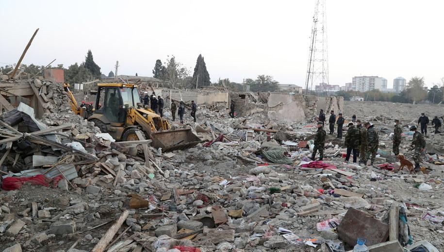 Zniszczenia w miejscowości Ganja /AZIZ KARIMOV  /PAP/EPA