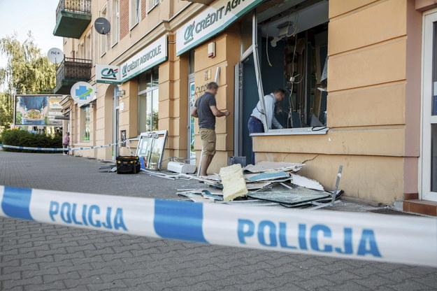 Zniszczenia w oddziale banku przy ulicy Żmigrodzkiej we Wrocławiu /Aleksander Koźmiński /PAP