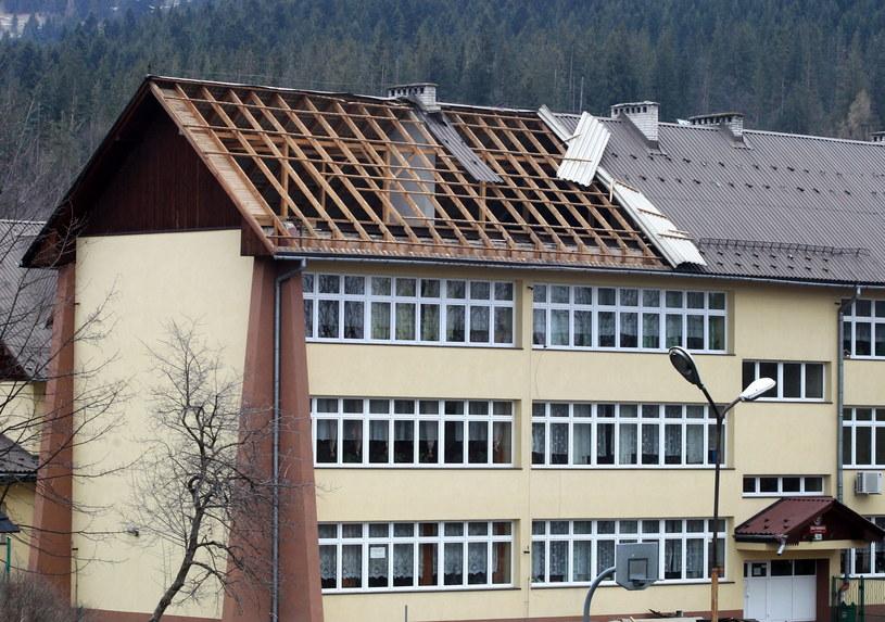 Zniszczenia w Zakopanem - zerwany dach szkoły /Grzegorz Momot /PAP