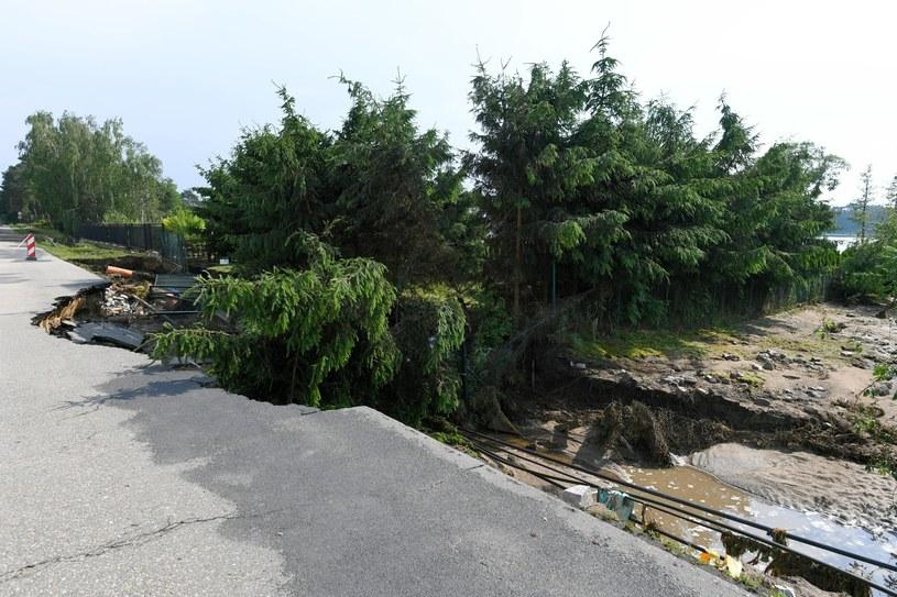Zniszczona droga po ulewnych deszczach w miejscowości Biernatki (woj. wielkopolskie) /Jakub Kaczmarczyk /PAP