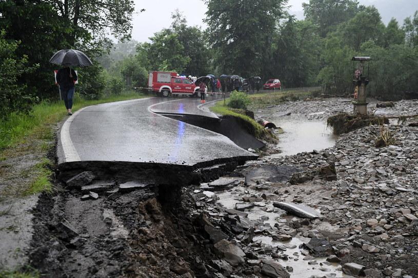 Zniszczona droga we wsi Weglówka /Darek Delamnowicz /PAP