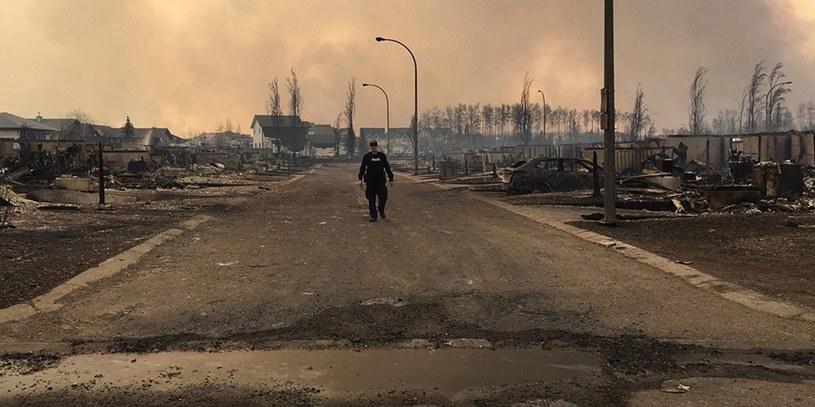 Zniszczona przez ogień ulica w Fort McMurray /PAP/EPA