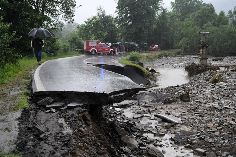 Zniszczona przez powódź droga we wsi Weglówka w Małopolsce /Darek Delmanowicz /PAP