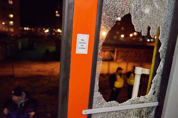 Zniszczona szyba w pociągu /Adam Warżawa /PAP