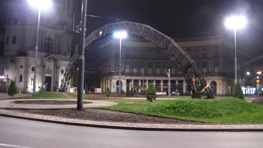 Zniszczona tęcza na Placu Zbawiciela /Monika Gosławska /RMF FM