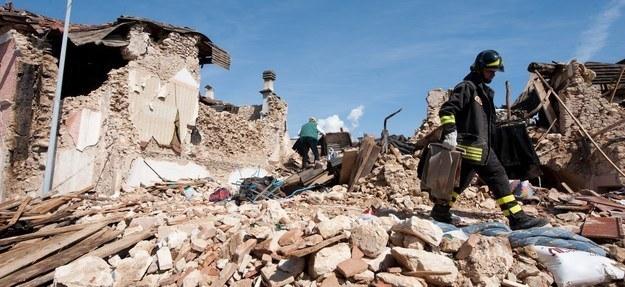 Zniszczona w wyniku trzęsienia ziemi wioska Onna w pobliżu L'Aquili /AFP