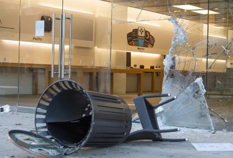 Zniszczona witryna sklepu Apple /AFP