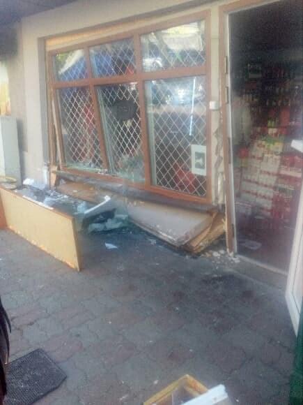 Zniszczona witryna (zdj. pan Adrian) /Gorąca Linia RMF FM /Gorąca Linia RMF FM