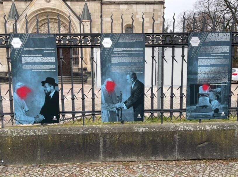 """Zniszczona wystawa """"Jan Paweł II - Papież dialogu"""" /@PLinDeutschland /Twitter"""